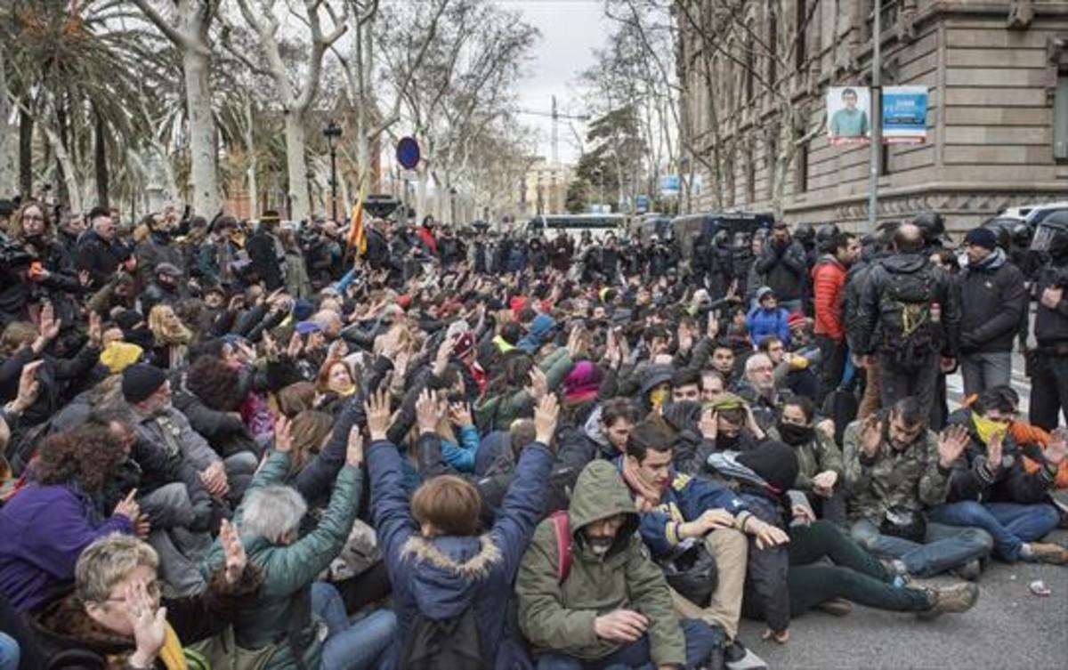 Antidisturbios de los Mossos empiezan a desalojar a los concentrados delante del Palau de Justícia.