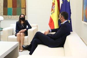 Inés Arrimadas, líder de Ciudadanos, con el presidente del Gobierno, Pedro Sánchez, durante su reunión de este 2 de septiembre en la Moncloa.
