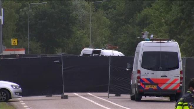 Una persona ha muerto y tres han resultado heridas después de que una furgoneta blanca se precipitara sobre ellos.