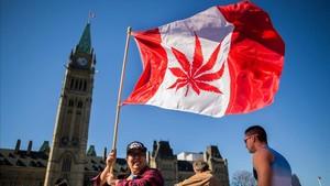 Partidarios de la legalización de la marihuana se manifiestan ante el Parlamento de Canadá, el día que se legalizó esta droga, el 20 de abril del 2016.