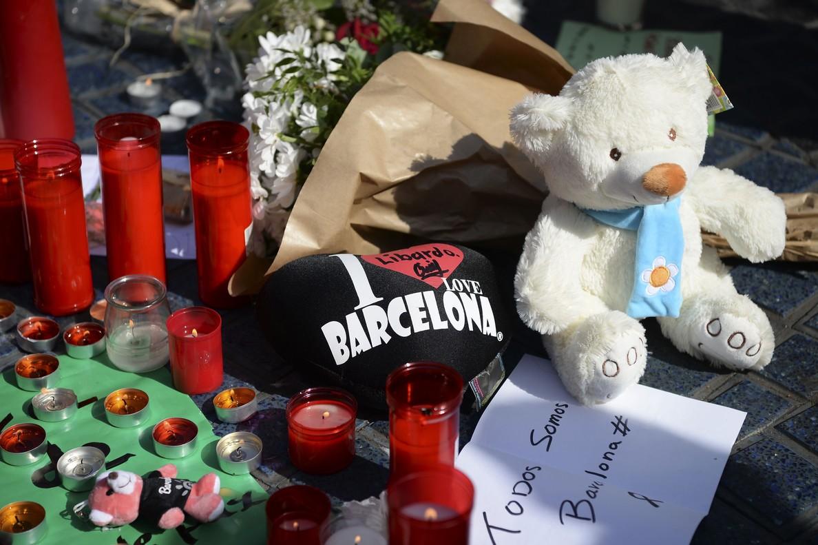 Flores y objetos de recuerdo en homenaje a las víctimas en la Rambla.