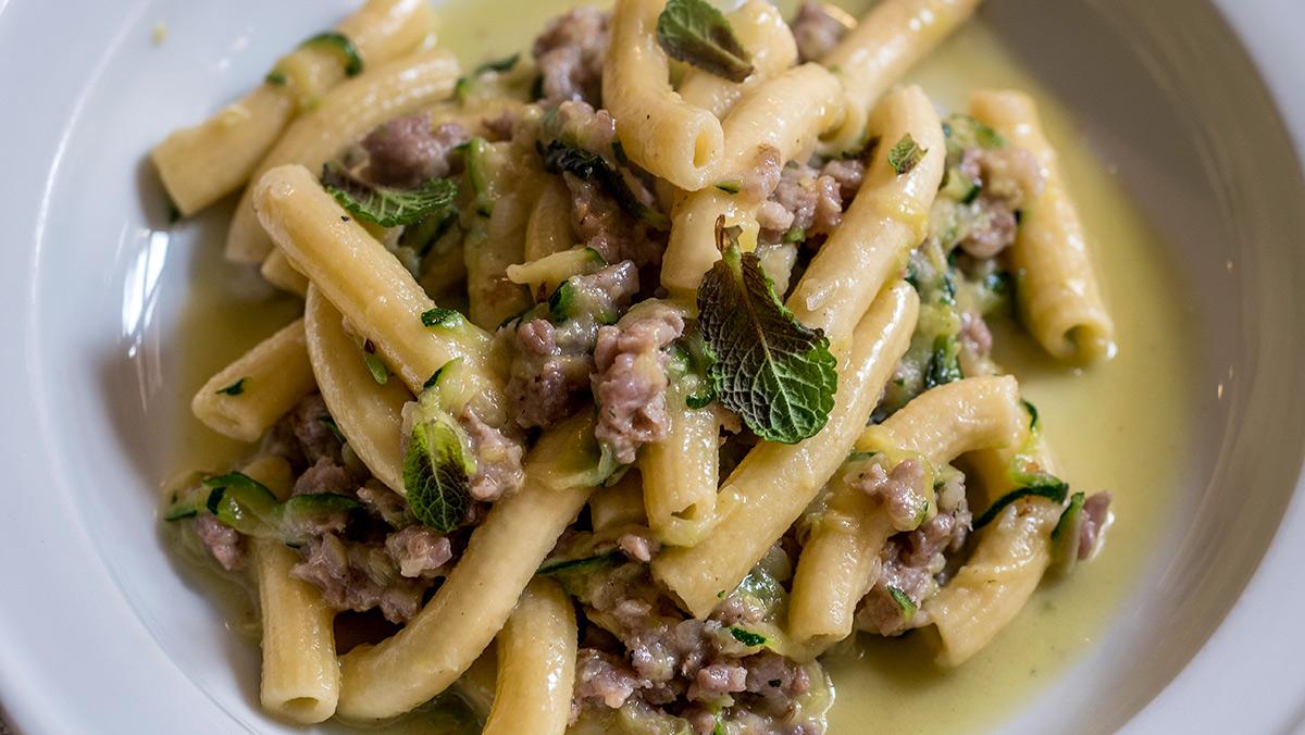 Peppe Palo exolica cómo preparar rigatoni con calabacín y butifarra en Un'Altra Storia