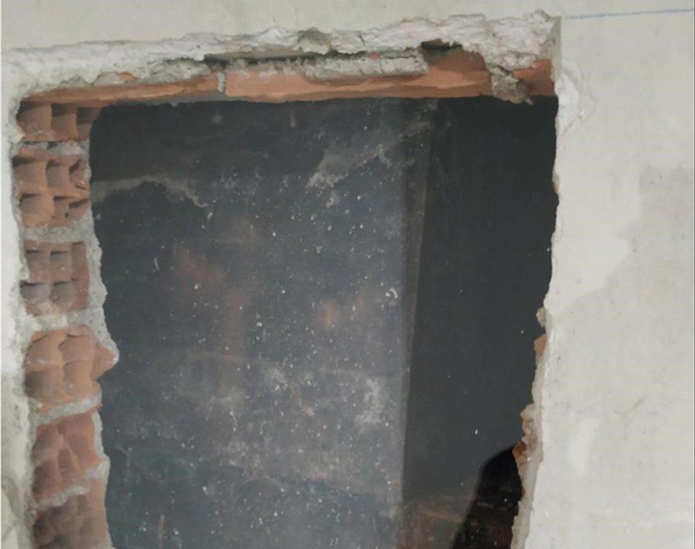 Boquete en la cripta del Santo Sepulcro del Valle de los Caídos por el que se accede para los trabajos de recuperación de los restos.