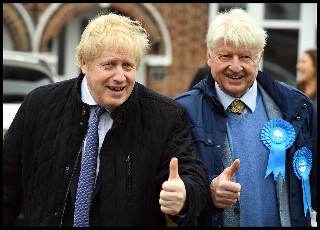 Boris Johnson hace campaña con su padre, el sábado en Londres.
