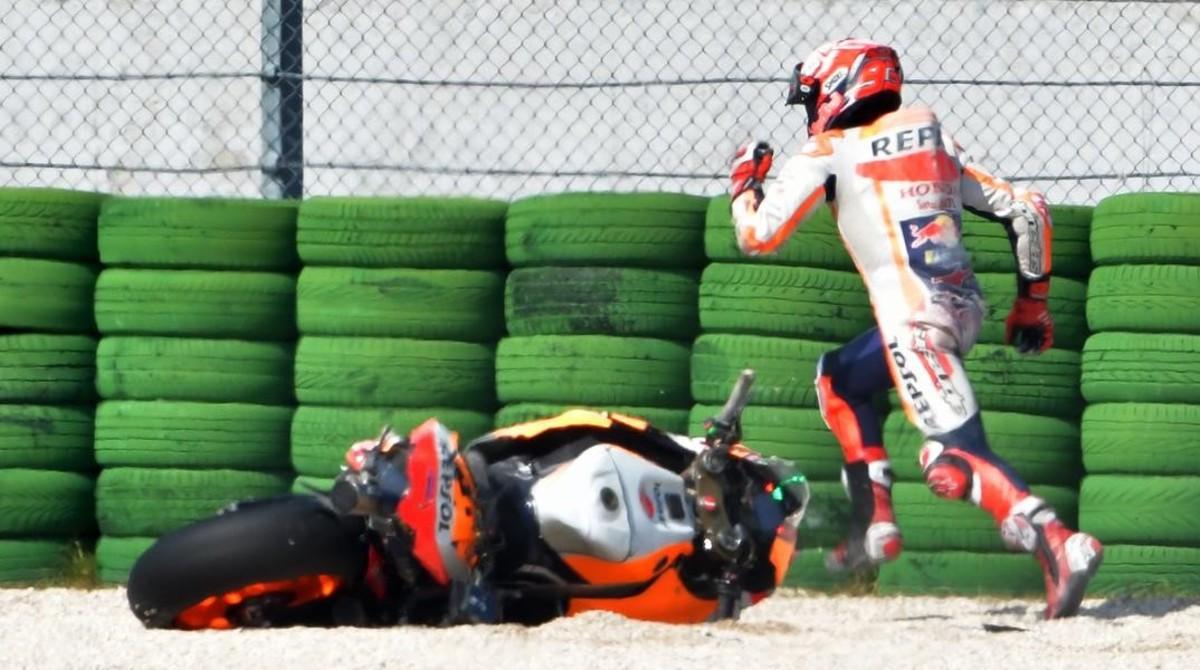 La caída de Marc Márquez (Honda), en los ensayos decisivos del GP de San Marino.