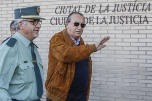 El exdirigente del PP Carlos Fabra a la salida de la Audiencia Provincial, en noviembre del 2014.