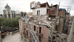 Estado en el que quedó el edificio de la Rambla Nova de Tarragona tras la explosión registrada el 11 de noviembre del 2005.