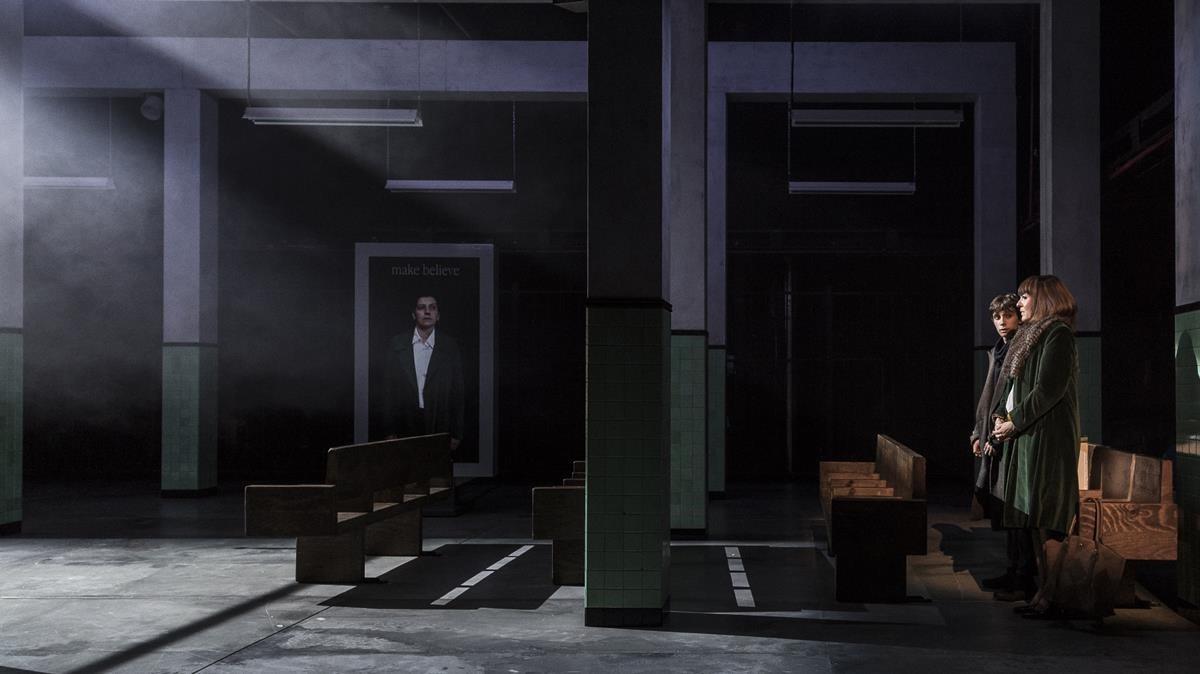 Un único y desangelado espacio compone la escenografía deIslàndia.