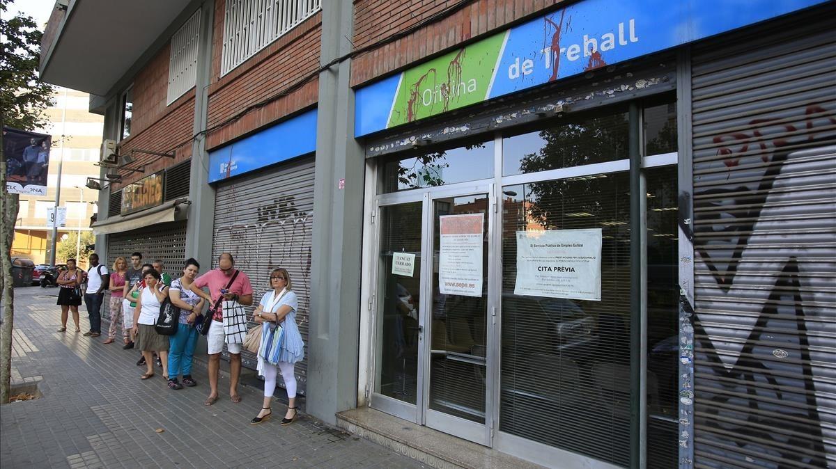 Colas en la oficina de Treball de la Generalitat.