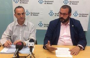 El concejal de Hacienda de Mataró, Juan Carlos Jerez, junto al alcalde, David Bote, en una rueda de prensa para valorar el rechazo del pleno municipal a la aprobación inicial de los presupuestos de 2019.