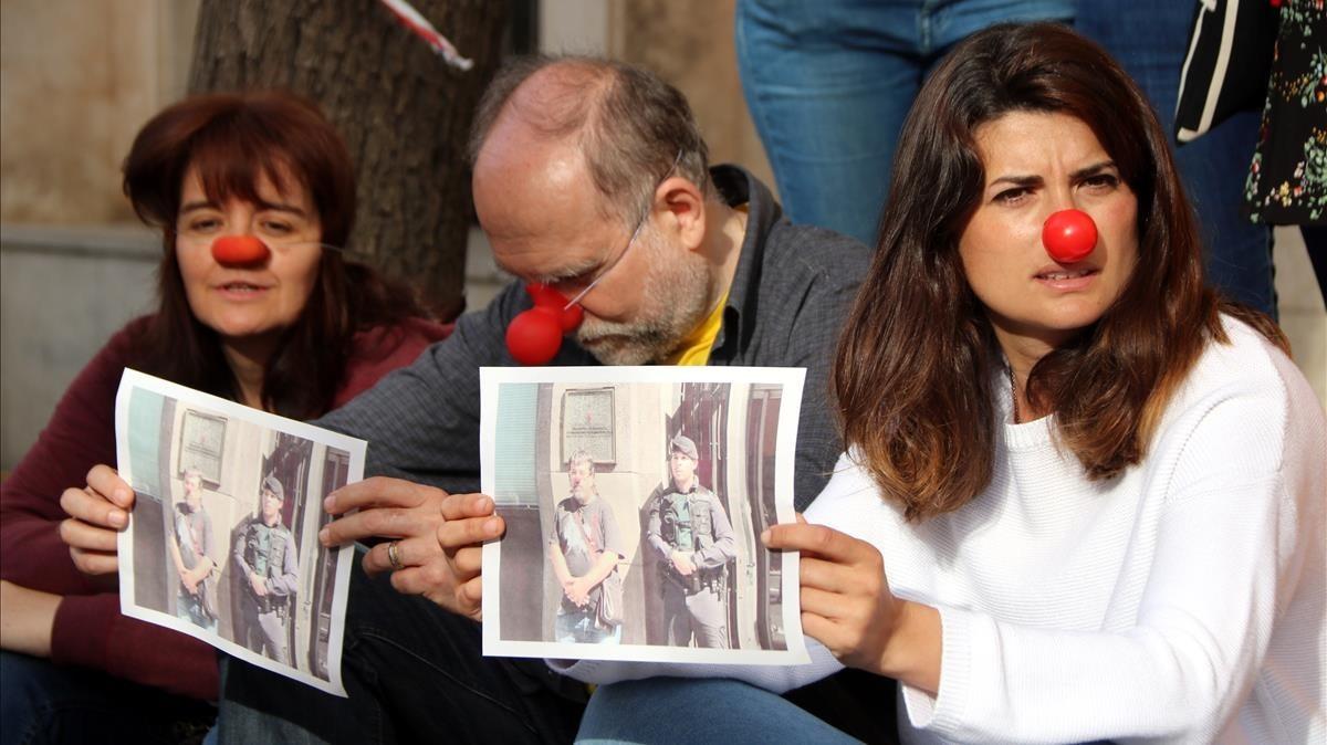 Concentración de un CDR frente a la fiscalía de Tarragona, este lunes.