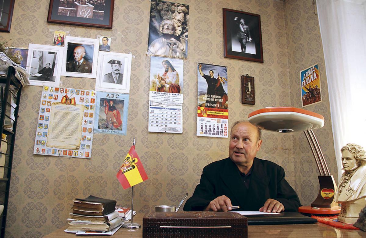 El párroco Jesús Calvo, en su despacho.