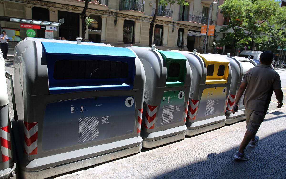 Contenedores para recogida selectiva en Barcelona.