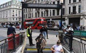 Personas con mascarillas en el metro de Londres por la pandemia.