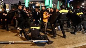 Residentes turcos se enfrentan con la policía frente al consulado de Turquía en Rotterdam el sábado.