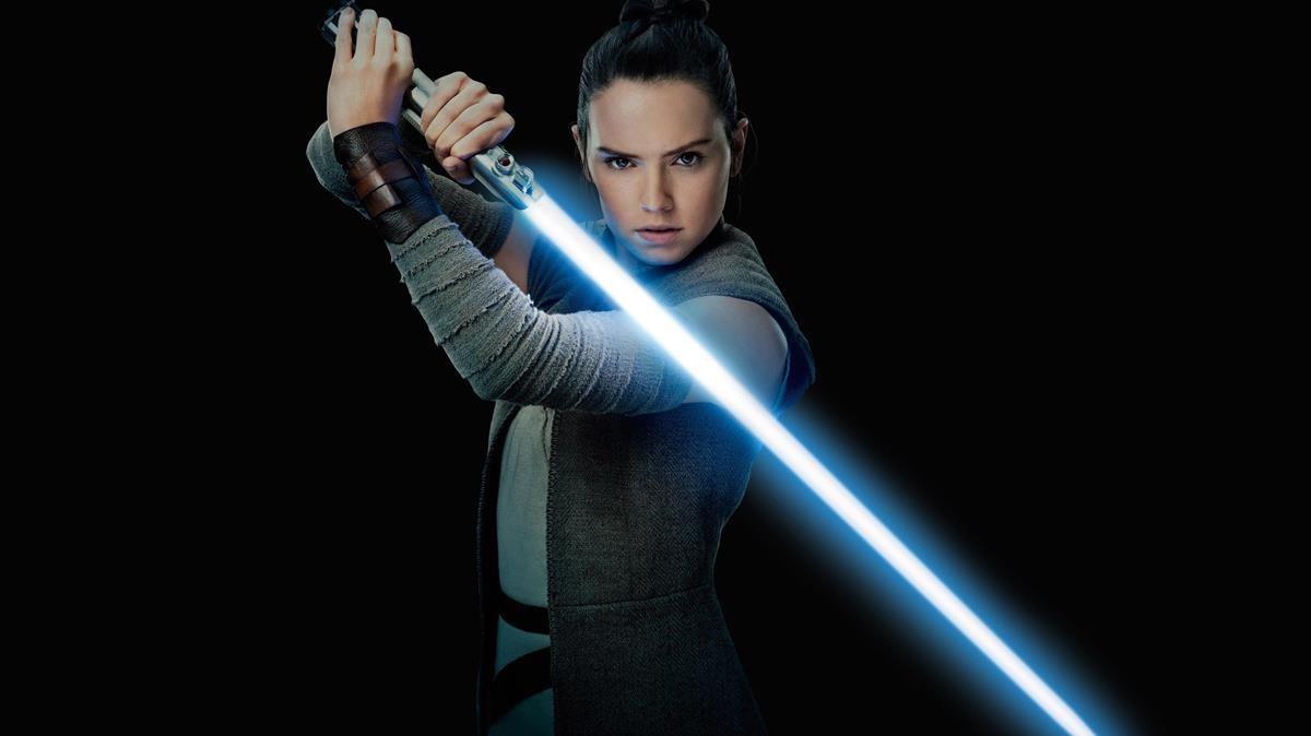 Daisy Ridley, en el papel de Rey, en una imagen promocional de Star Wars: Los últimos Jedi