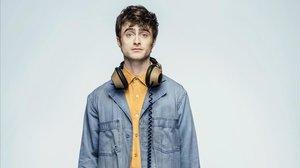 El actor Daniel Radcliffe en el papel de ángel Craig, de la serie Miracle workers (TNT).
