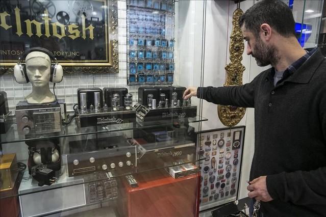 Álex Clemente muestra un amplificador McIntosh 240 como el usado por Brian Wilson durante la mezcla de 'Pet sounds'.