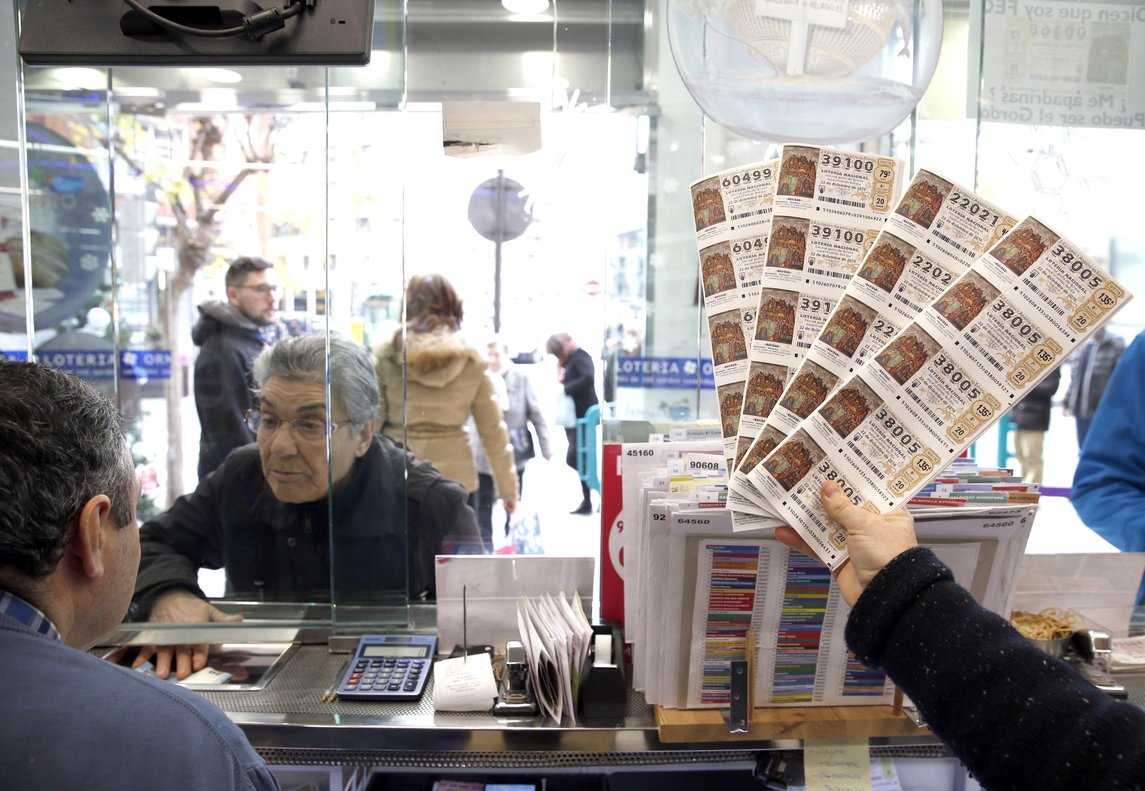 Administración de Lotería vendiendo décimos de Lotería de Navidad.