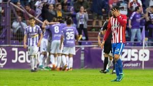 El defensa del Sporting de Gijon, Juan Rodríguez se lamenta ante la celebracion de uno de los goles conseguido por el Real Valladolid semifinales de los playoff