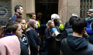 Vecinos y policías frente a la vivienda desalojada en la calle de Petxina.