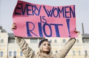 Una mujer con un cartel por la igualdad en Kiev.