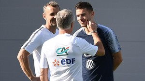 Didier Deschamps conversa con Lucas Hernández en un entrenamiento.