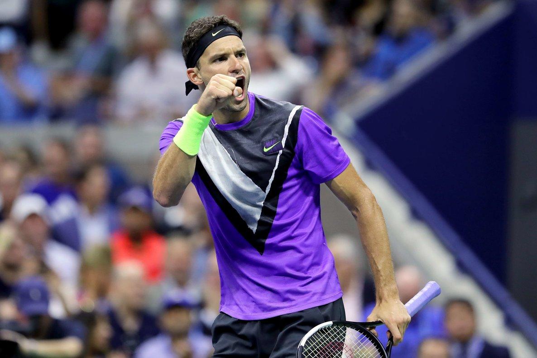 El búlgaro, número 78 de la ATP, ganó confianza y se defendía con eficacia de las subidas a red de Federer.