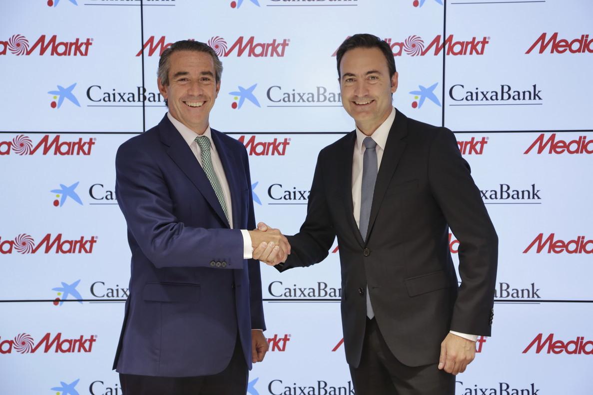 El director general de CaixaBank,Juan Alcaraz, y el consejero delegado de MediaMarkt Iberia,Ferran Reverter.
