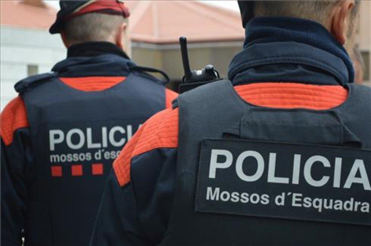 Dos agentes de los Mossos.