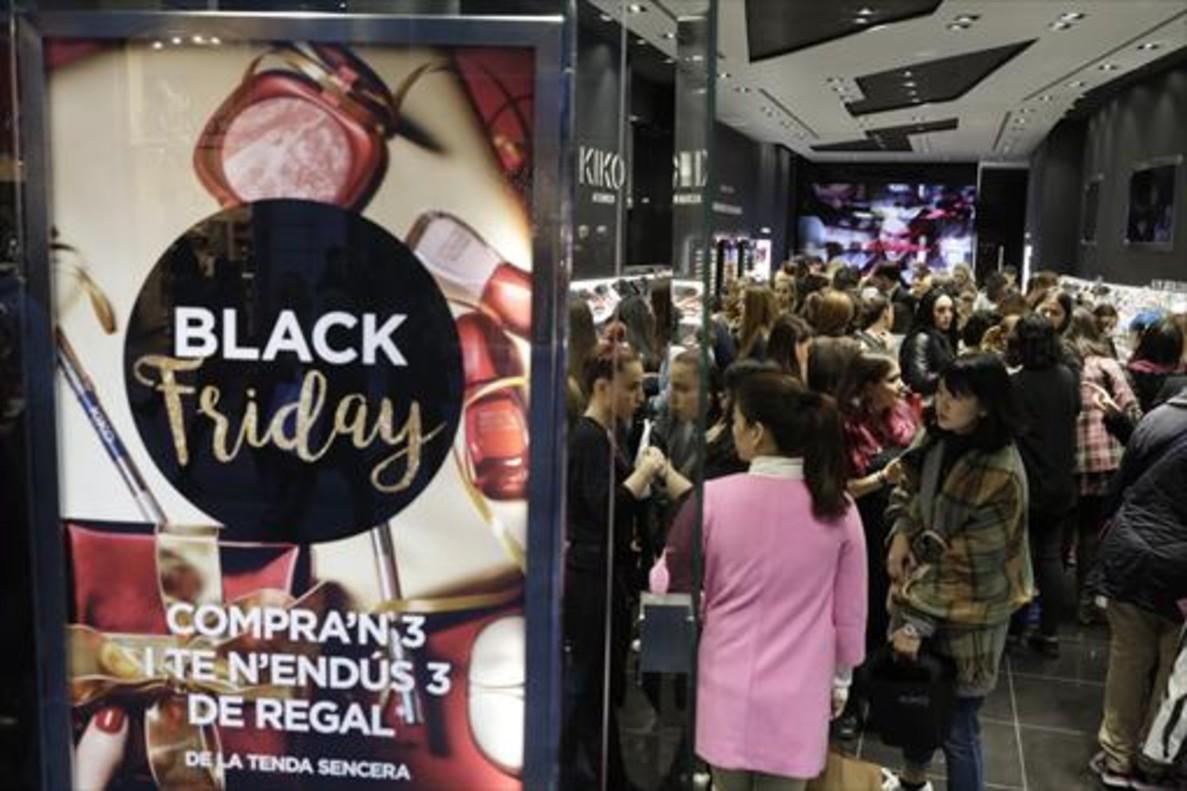 Dos mujeres cargan las bolsas con las compras realizadas el Black Friday .