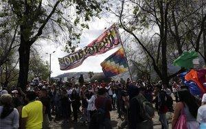 Un grupos de manifestantes en las calles de Ecuador.