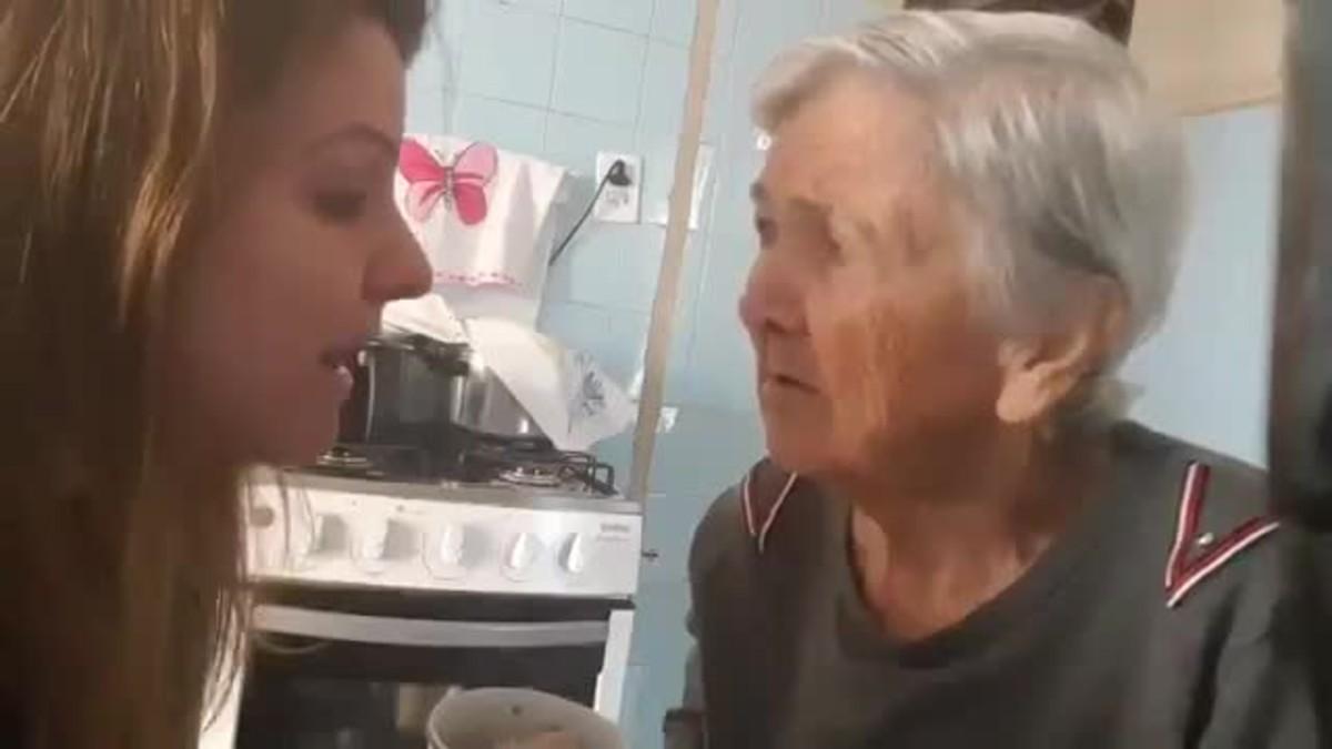 El emotivo vídeo de una abuela con alzhéimer que reconoce a la joven que le da de comer y le dice: te quiero.