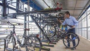 Un empleado de la empresa de mantenimiento retira una bicicleta del aparcamiento de alta capacidadde Gavà, esta mañana