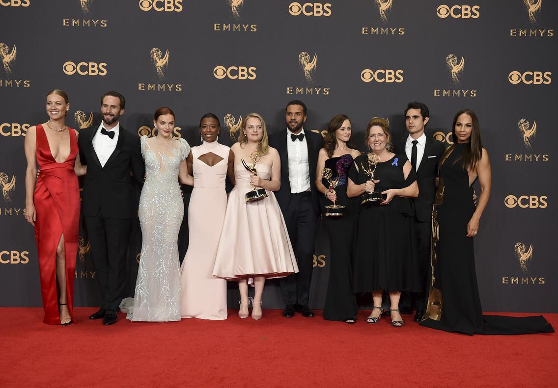 El equipo de The Handmaids Tale al completo posa con los premios Emmy obtenidos en la gala.