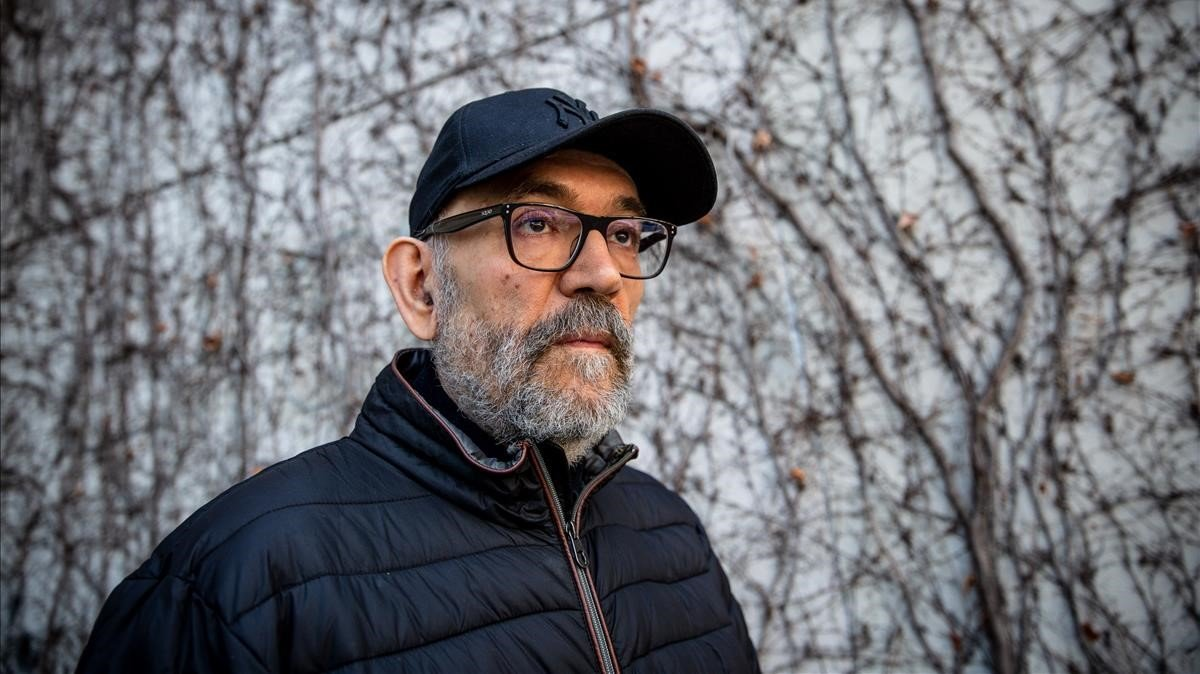 El escritor Marcos Ordóñez, cerca de su domicilio en Barcelona.