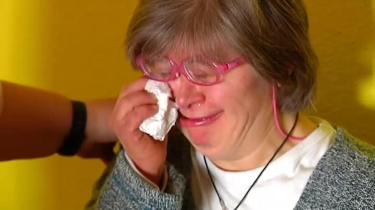 Les llàgrimes de Julia amaguen el dolor del rebuig. Fa uns dies va ser expulsada duna xerrada publicitària per tenir síndrome de Down.