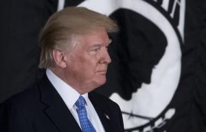 -FOTODELDÍA- WAS01. WASHINGTON (EE.UU.), 17/01/2018.- El presidente de EE.UU. Donald J. Trump asiste a la ceremonia donde el exsenador estadounidense Bob Dole recibió la Medalla de Oro del Congreso de parte del Senador Paul Ryan (no en la foto) hoy, miércoles 17 de enero de 2018, en la sede el Capitolio en Washington (EE.UU.). EFE/SHAWN THEW