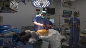 Operación en un quirófano del Hospital delVall d'Hebron.