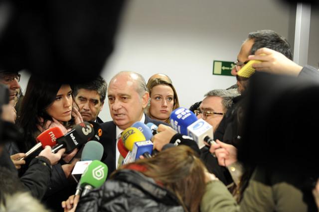 Fernández Díaz atiende a los medios de comunicación en Lleida, en la presentación del DNI 3.0.