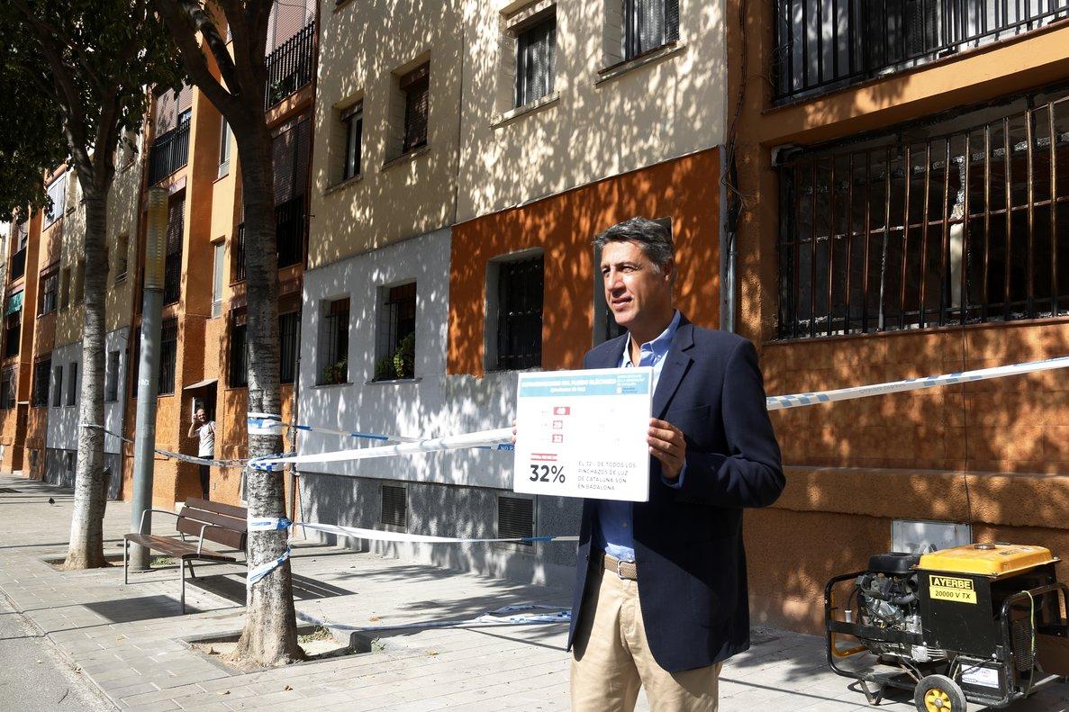 Xavier García Albiol, en un acto para hablar sobre pinchazos de luz ilegales frente a un edificio del barrio de Sant Roc incendiado en enero.