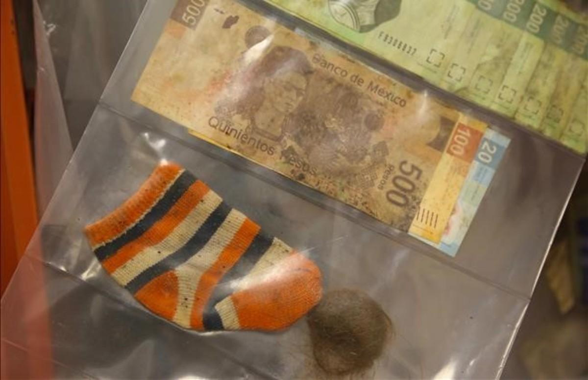 Otro de los fallecidos llevaba un calcetín de bebé, un mechón de pelo y dinero mexicano.
