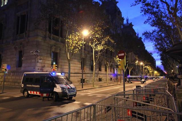 Furgonetas de los Mossos d'Esquadra, ante la sede de la Audiencia Provincial, a primera hora de este miércoles.