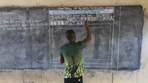Owura Kwadwo dibujando la plantilla del Word en la pizarra