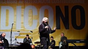 Grillo, en un acto de campaña por el 'no', en Turín.