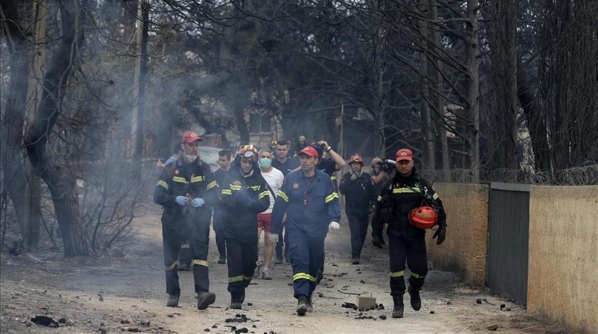Un grupo de bomberos en una calle de Mati.