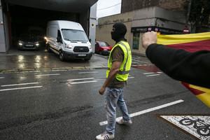 La Guardia Civil requisa carteles del referéndum del 1-O en los almacenes de la imprenta Marc Martí, el pasado viernes.