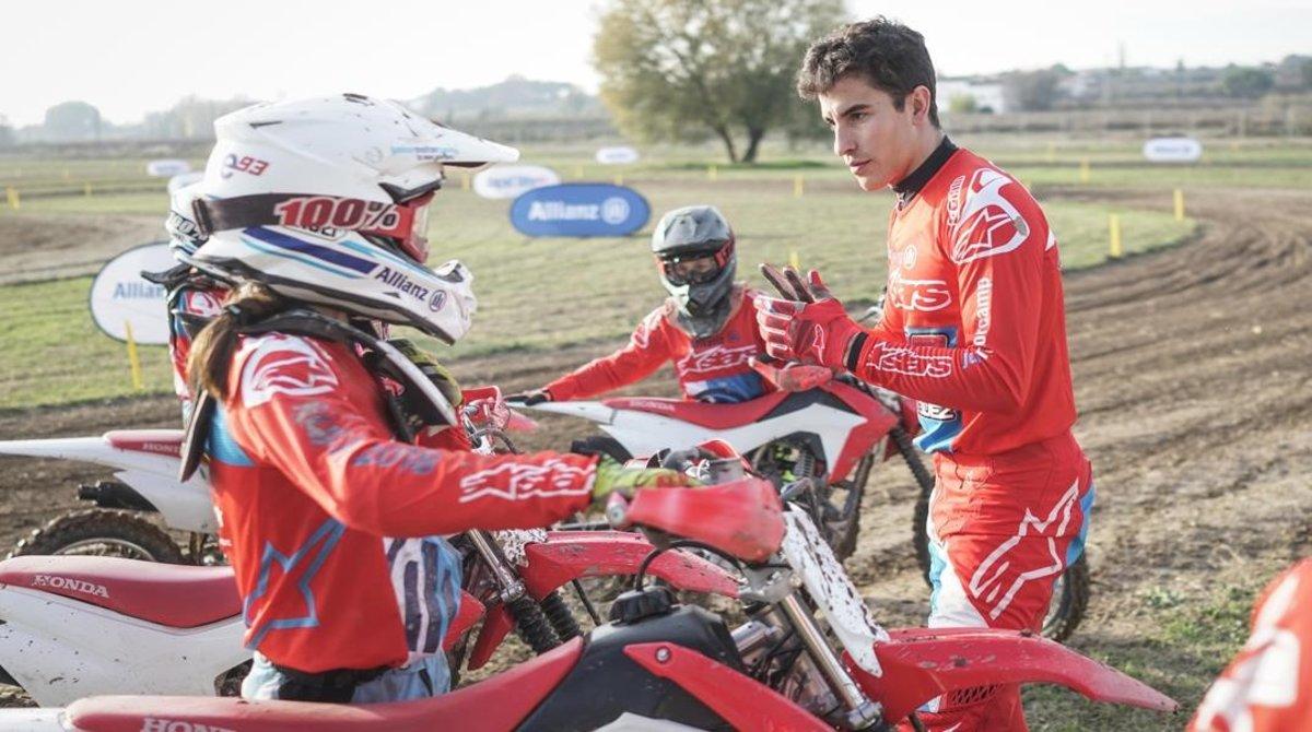 El heptacampeón del mundo Marc Márquez da las instrucciones, en Rufea (Lleida),a los jóvenes que participan en el Allianz Júnior Camp.