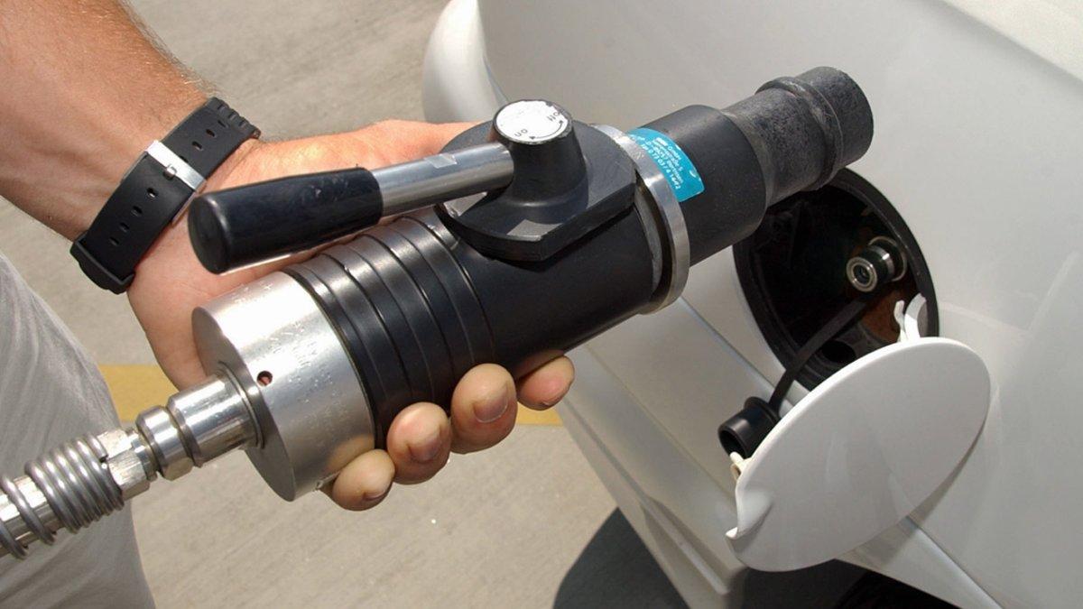 Sistema de recarga de hidrógeno en un vehículo.