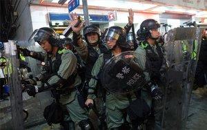 La policía de Hong Kong durante las protestas.
